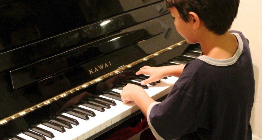 Te lekcje gry na pianinie naprawdę się opłacają!